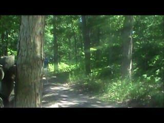 Caminando por un sendero en una camisa y el pañal