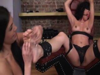 Cosquillas tortura orgasmo lesbiana