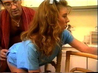 Espeluznante vieja mierda vagabundea hasta un adolescente sólo haciendo su tarea