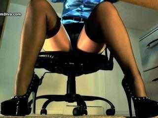 Sexy underdesk tease mostrando medias sobre nylons