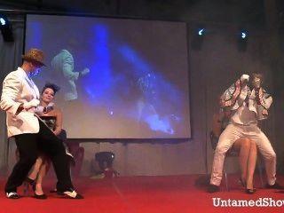 Dos strippers masculinos bailando sucio en el escenario