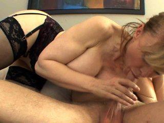 Busty puma seduce en medias y una liga