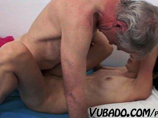 Morena delgada follada por un anciano !!
