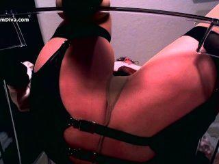 Diva usa la hipnosis erótica y calcetería para seducir