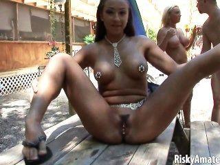 Sexy amateur niñas posando al aire libre desnuda
