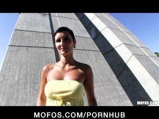 Sexy checa chica con un cuerpo perfecto se paga por el sexo en público