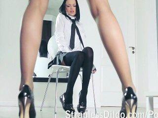 Un maestro de piernas largas se siente golpeando