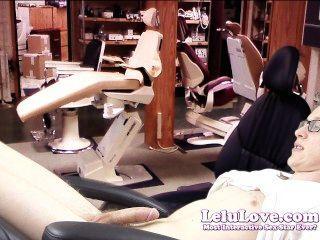 El dentista femenino del amor del lelu seduce al paciente