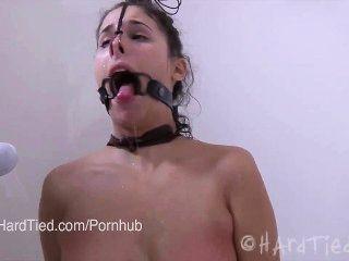 Morena aficionados en látex atado en cuerda torturada eróticamente en agua