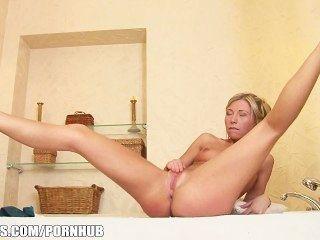 Perky rubia adolescente jessy brown juega con su culo en la bañera