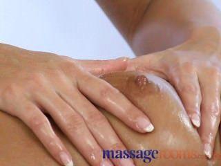 Sala de masajes chica joven tiene sesión con rubia lesbiana