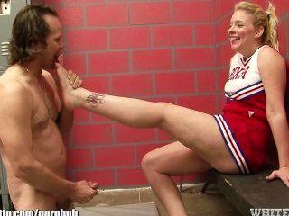 Cheerleader obtiene los dedos de los pies chupado y luego jodido