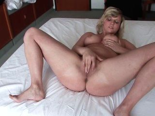 Ella acepta ser filmada en la habitación del hotel