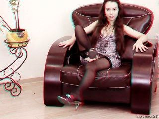 Adolescente flexible posando y extendiendo sus piernas en un sofá 3D hd backstage
