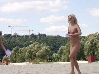 Amigos sexy dan un espectáculo con su amor por el nudismo