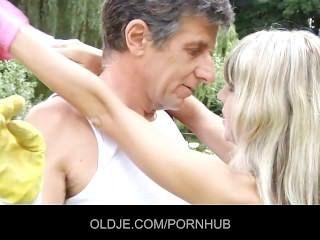 Dulce rubia obtiene una inyección anal de un oldje