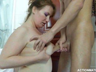 Abuelita aficionada disfruta de una joven chupar y follar 1