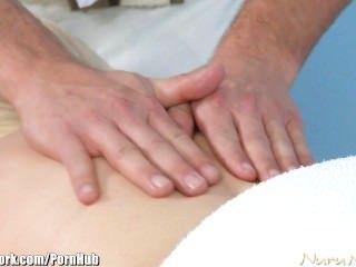 Nurunetwork callie carter obtiene masajeado por un joven stud