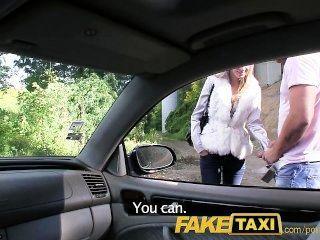 Faketaxi angel es golpeado por mi gran polla en mi taxi