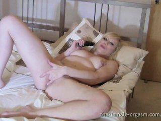 Grandes pezones duros, grandes labios carnosos del coño, orgasmos femeninos pulsantes grandes