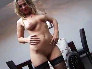 Rubia sexy en nylons placer su coño