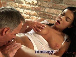 Salas de masaje bronceado belleza se extiende húmedo coño en encuentro sensual