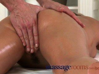 Salas de masaje húmedo zuzana tiene orgasmo profundo antes de obtener una carga pesada spunk