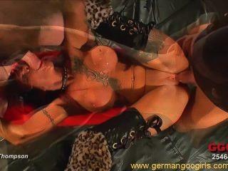 Sexy pelirroja con tatuajes divirtiéndose en una caliente orgía bukkake