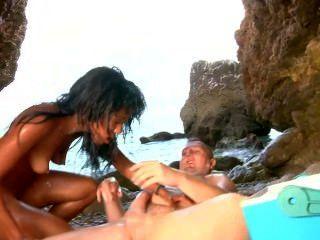 Hermosa latina se cubre de nata y corrida por la playa