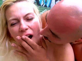 Muchacha francesa consigue su cara pegada al aire libre