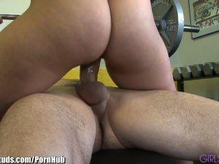 Girlsandstuds sexy pareja folla en el gimnasio