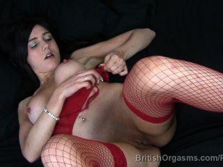 Grandes pezones y grandes labios en fishnets dedo follándose a sí mismo al orgasmo