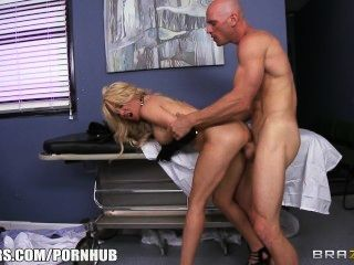 Puta rubia paitent pide a su médico para darle algunos dick duro