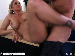 Julia ann obtiene un nuevo trabajo y folla al jefe el primer día