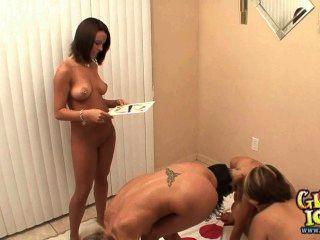 Cinco chicas de la universidad jugando desnudo partido twister