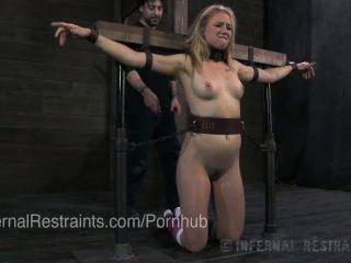 Joven rubia en esclavitud y azotada