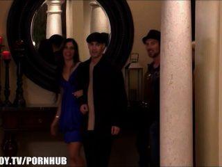 Cuatro jóvenes swingers comparten una mansión durante veinticuatro horas
