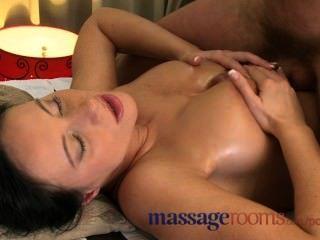 Salas de masaje húmedo afeitado coño lamido antes de la gran polla se desliza dentro de profundidad
