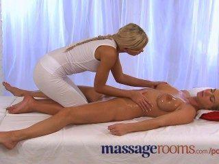 Salas de masaje caliente y aceitado acción lesbiana como grandes tetas chica viene duro