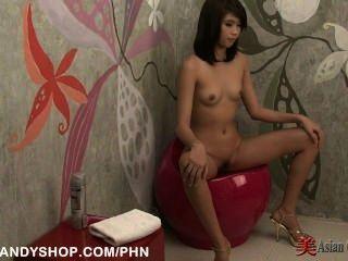 Asiática chica coño afeitado