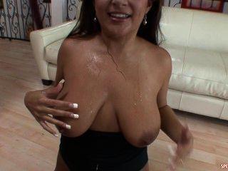 Petite latina bebe un cóctel cum