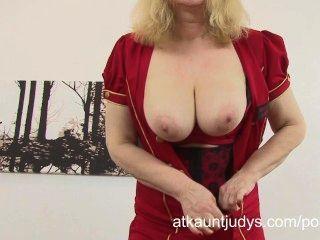 Curvy madura rubia amanda se divierte en su lencería y se masturba