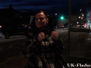 Leah caprice flashing coño en público de su silla de ruedas con discapacitados