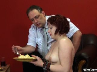 La humillación de la criada de servicio doméstico y la dominación del modelo fetish británico es