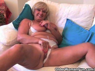 Abuelita con grandes tetas se masturba con su colección de juguetes sexuales
