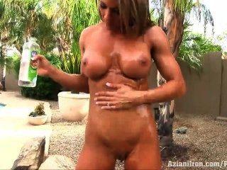 Aziani iron abby marie se desnuda y aceita su cuerpo apretado