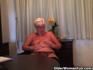 Chubby abuelita en medias negras se masturba con consolador