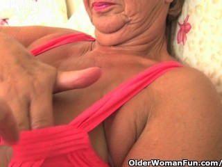 Abuela con cuerpo voluptuoso se acaricia y dedos por el fotógrafo
