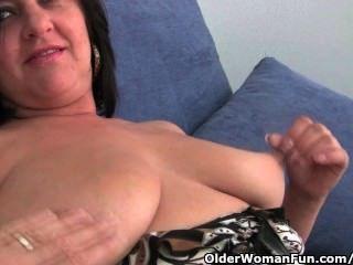 Mamá madura con tetas grandes y gran culo se mete el dedo