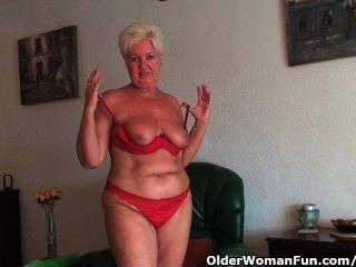 Chubby abuelita con saggy grandes tetas y culo regordete se extiende su coño de edad